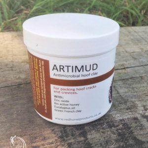 Artimud es una pasta antimicrobiana para los cascos de caballos